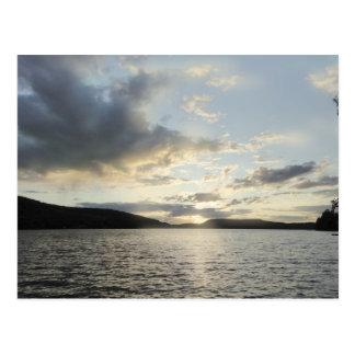 Cartão Postal O pôr do sol azul descreve o lago Sunapee, New