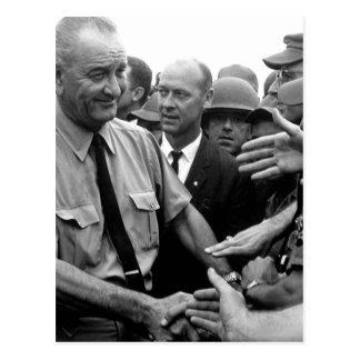 Cartão Postal O presidente Lyndon B. Johnson cumprimenta tropas