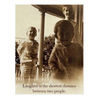 Cartão Postal O riso está a uma distância a mais curta entre 2