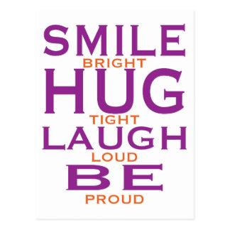 Cartão Postal O sorriso brilhante, abraça firmemente, riso