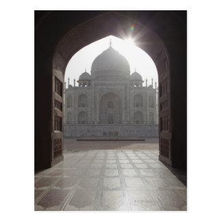 Cartão Postal O Taj Mahal quadro através da entrada ao