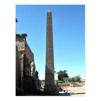 Cartão Postal Obelisk em Templo de Luxor contra o céu azul