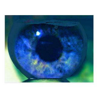 Cartão Postal Olhos azuis que olham com um Fishbowl