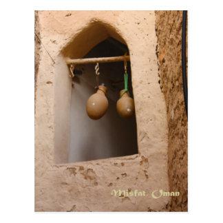 Cartão Postal Oman - garrafas de água na janela