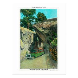 Cartão Postal Ônibus de excursão sob a rocha do arco na estrada