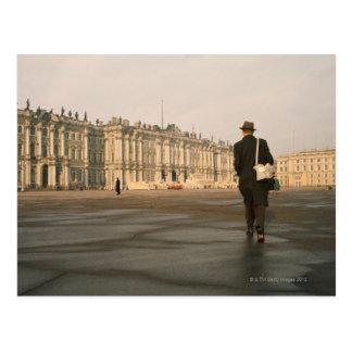 Cartão Postal Opinião traseira um homem que anda na frente de um