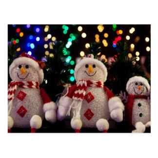 Cartão Postal Ornamento do boneco de neve e da família na árvore