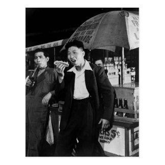 Cartão Postal Os marinheiros chineses comem a comida lixo, 1942
