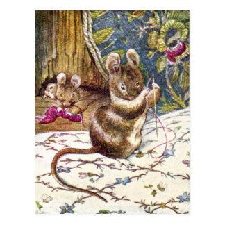 Cartão Postal Os ratos pequenos são ocupados Sewing