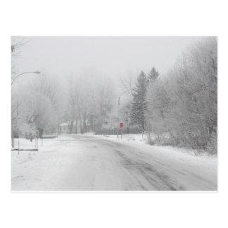 Cartão Postal Parada vermelha do inverno branco