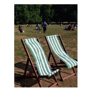 Cartão Postal Parque verde Deckchairs no verão