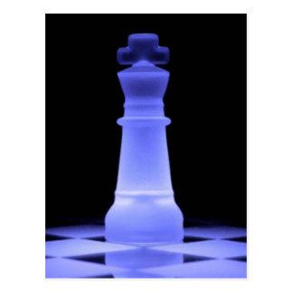 Cartão Postal Parte de incandescência azul do rei xadrez