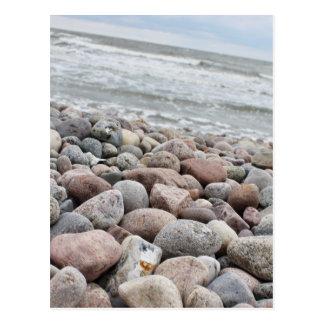 Cartão Postal /pedras à praia, Mar Báltico, ilha Sobressaíram