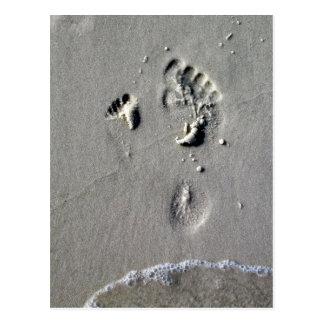 Cartão Postal Pegadas do pai & da criança na areia