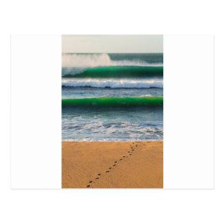 Cartão Postal Pegadas do surfista na praia da areia e em ondas