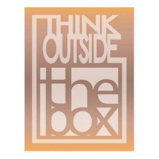 Cartão Postal Pense fora do design das citações da caixa