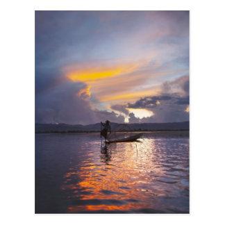 Cartão Postal Pesca do barco de enfileiramento do pé do pescador