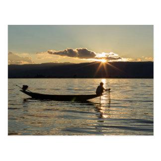Cartão Postal Pescador no por do sol