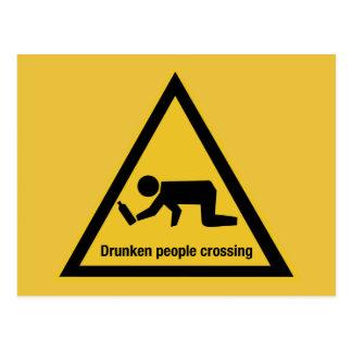 Cartão Postal Pessoas bêbedos que cruzam-se, sinal de tráfego,