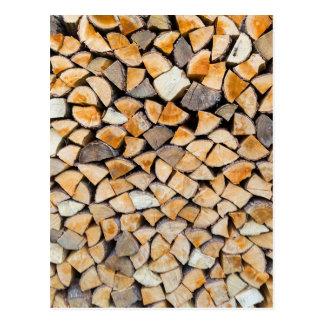 Cartão Postal Pilha da lenha como o tronco de árvore