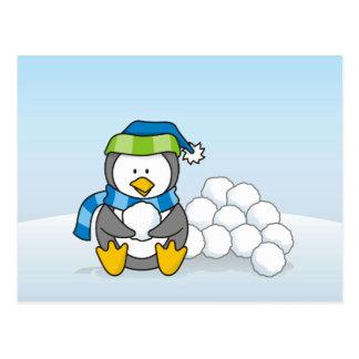 Cartão Postal Pinguim pequeno que senta-se com snowballs