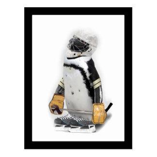 Cartão Postal Pinguim pequeno que veste a engrenagem do hóquei