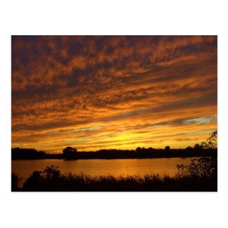 Cartão Postal Pinte-o laranja - por do sol nebuloso do lago