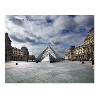 Cartão Postal Pirâmide e museu do Louvre em Paris