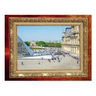 Cartão Postal Pirâmide e palácio do Louvre em Paris