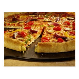Cartão Postal Pizza vegetal cortada na bandeja preta na madeira