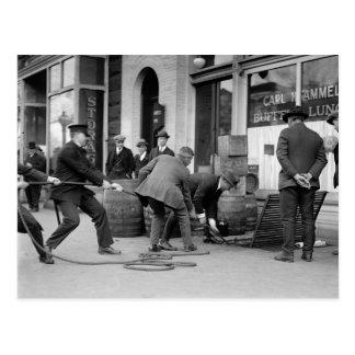 Cartão Postal Polícia que apreende a cópia ilegal Licor, 1923