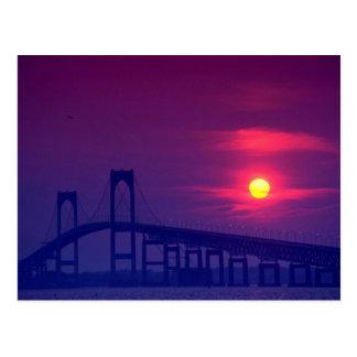 Cartão Postal Por do sol bonito: Sun que ajusta-se sobre uma