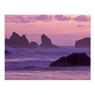 Cartão Postal Por do sol em pilhas do mar da praia de Bandon