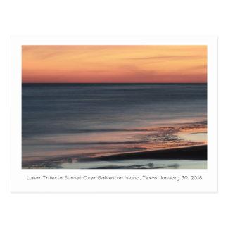 Cartão Postal Por do sol lunar do Trifecta sobre a lembrança de