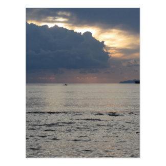 Cartão Postal Por do sol morno do mar com navio de carga e um