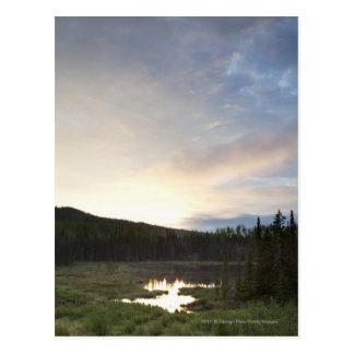 Cartão Postal Por do sol sobre uma lagoa enevoada