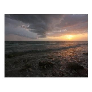 Cartão Postal Por do sol tormentoso da ilha da lua de mel