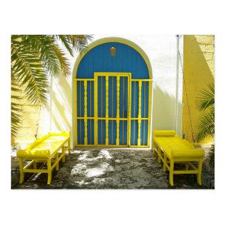 Cartão Postal Porta azul decorada com bancos amarelos
