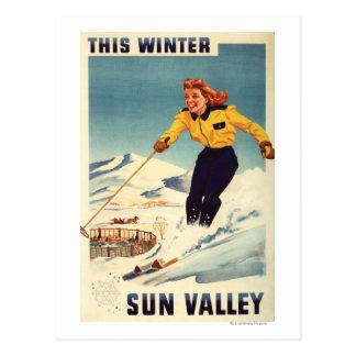 Cartão Postal poster de sorriso e de esqui da mulher