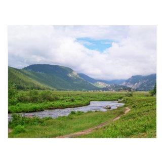 Cartão Postal Prado no parque nacional de montanha rochosa