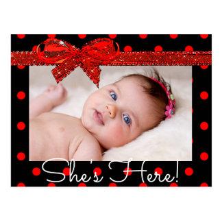 """Cartão Postal Preto vermelho """"está aqui"""" anúncio do nascimento"""