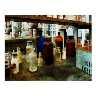 Cartão Postal Produtos químicos Assorted em umas garrafas