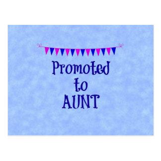 Cartão Postal Promovido à tia, bandeira no fundo azul do bokeh