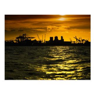 Cartão Postal Puerto Buenos Aires no por do sol, vista do rio