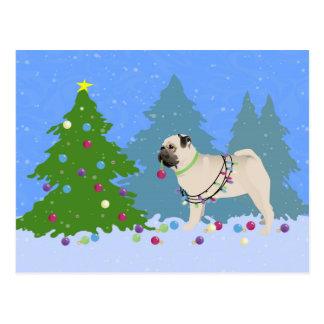 Cartão Postal Pug que decora uma árvore de Natal na floresta