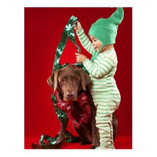 Cartão Postal Rapaz pequeno que decora um cão