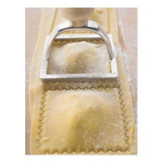 Cartão Postal Ravioli com cortador da pastelaria, fim acima