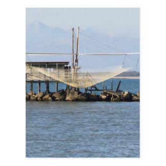 Cartão Postal Rede de pesca italiana típica ao longo do rio