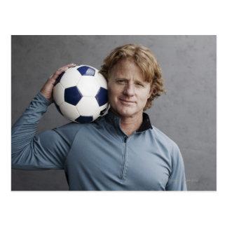 Cartão Postal Redhead que guardara uma bola de futebol em seu
