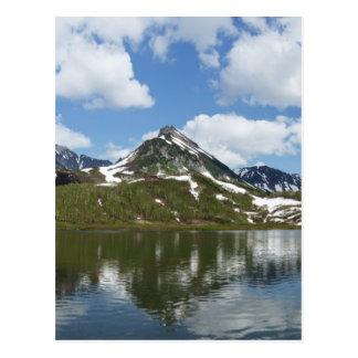Cartão Postal Reflexão do céu e das nuvens no lago da montanha